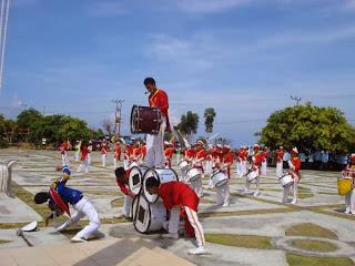 Istilah DRUM BAND dan MARCHING BAND tentu sudah tidak absurd lagi bagi masyarakat Indonesia Tentang DRUM BAND dan MARCHING BAND