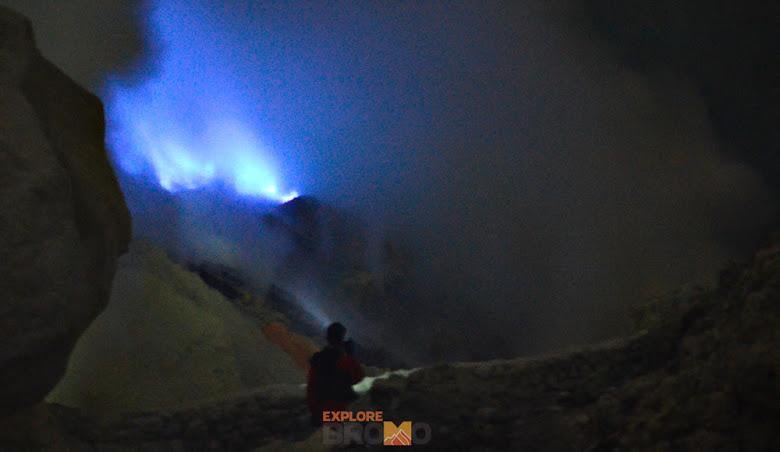 Pesona Malam Blue Fire di Kawah Ijen Situbondo