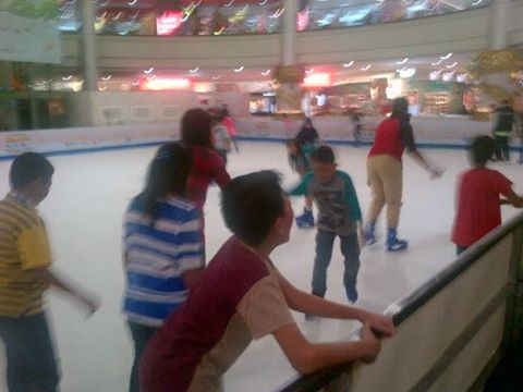 Ngabuburit di Margo City Sambil Main Ice Skating