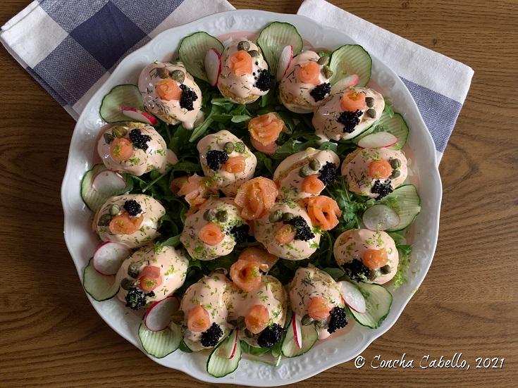huevos-rellenos-salmón-mesa