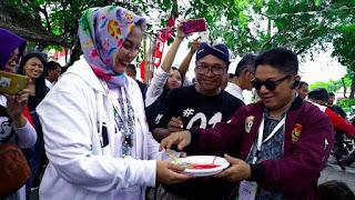 Syafrudin Budiman SIP Ketua Umum Presidium Pusat Barisan Pembaharuan dalam acara Melukis Jokowi di Rumah Aspirasi Rakyat 01 Jl. Proklamasi 46 Menteng Jakarta Pusat bersama Indah Nataprawira Sekretaris Rumah Aspirasi Rakyat 01 Jokowi-Amin