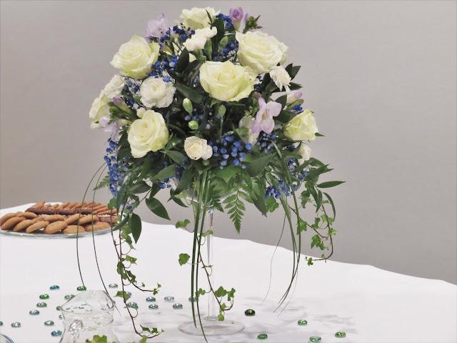 Noelin mummo oli hoitanut kahvipöytään upean kukkalaitteen