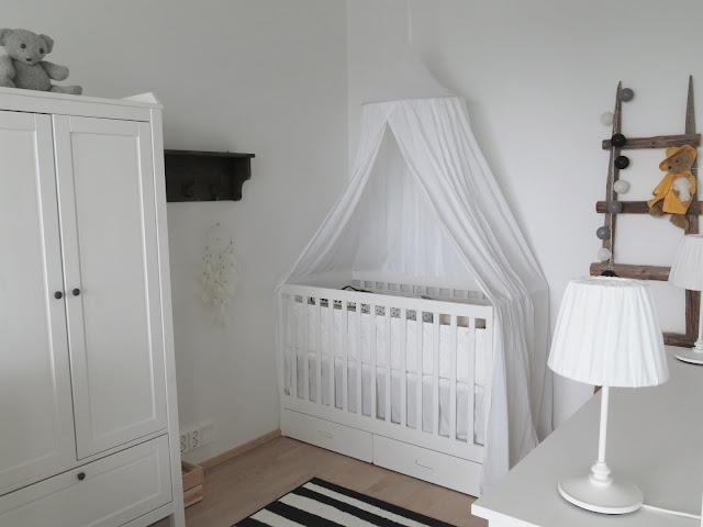 """""""Oskarin"""" tärkeimmät kalusteet: vaatekaappi, sänky ja hyllykkö leluille ja kirjoille"""