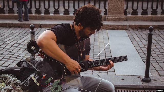Senar Khusus Mungkinkan Penyandang Disabilitas Bermain Gitar.lelemuku.com.jpg
