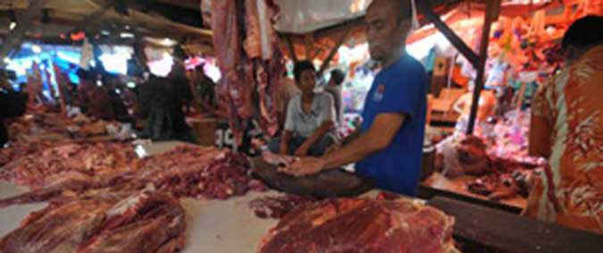 Harga daging sapi segar yang ditawarkan para pedagang di lokasi pasar Arumbay, kawasan pasar Mardika, Kota Ambon, tiga hari menjelang idul fitri masih tetap normal.