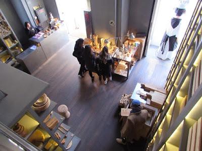 Vista do alto da Loja das Tábuas com clientes