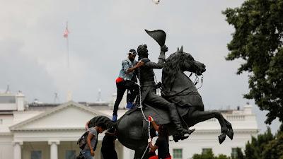A tentativa de destruir estátuas que homenageiam imperialistas, conquistadores e outras figuras históricas associadas à escravização de populações negras e indígenas chegou à Casa Branca.