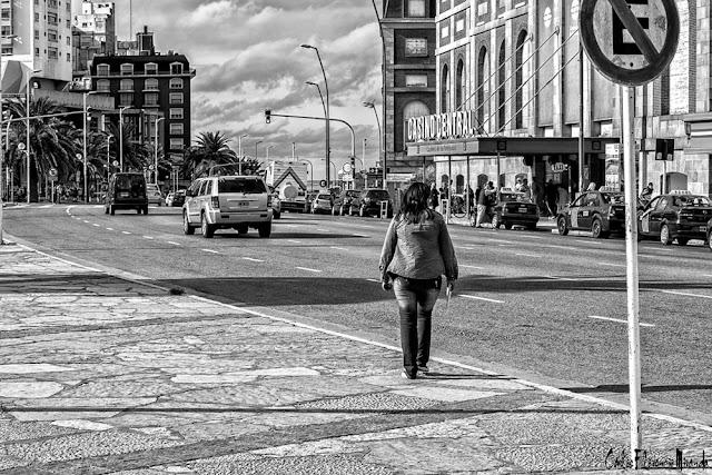 Blanco y N egro. Persona en dirección al Casino Central de Mar del Plata