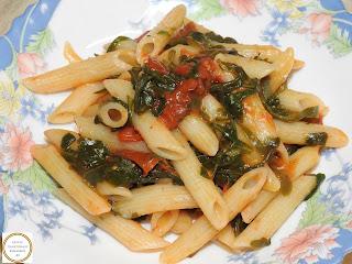 Penne cu rosii si rucola reteta de casa rapida italiana cu legume sos tomat paste fainoase usturoi busuioc ulei de masline ardei iute retete culinare mancaruri de post vegetariene la tigaie,