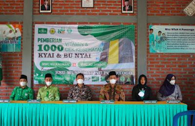 Pemberian 1000 Vitamin Dan Cek kesehatan Kyai, Ibu nyai. MWCNU Jambon Dan Kauman di MTSN 4 Ponorogo