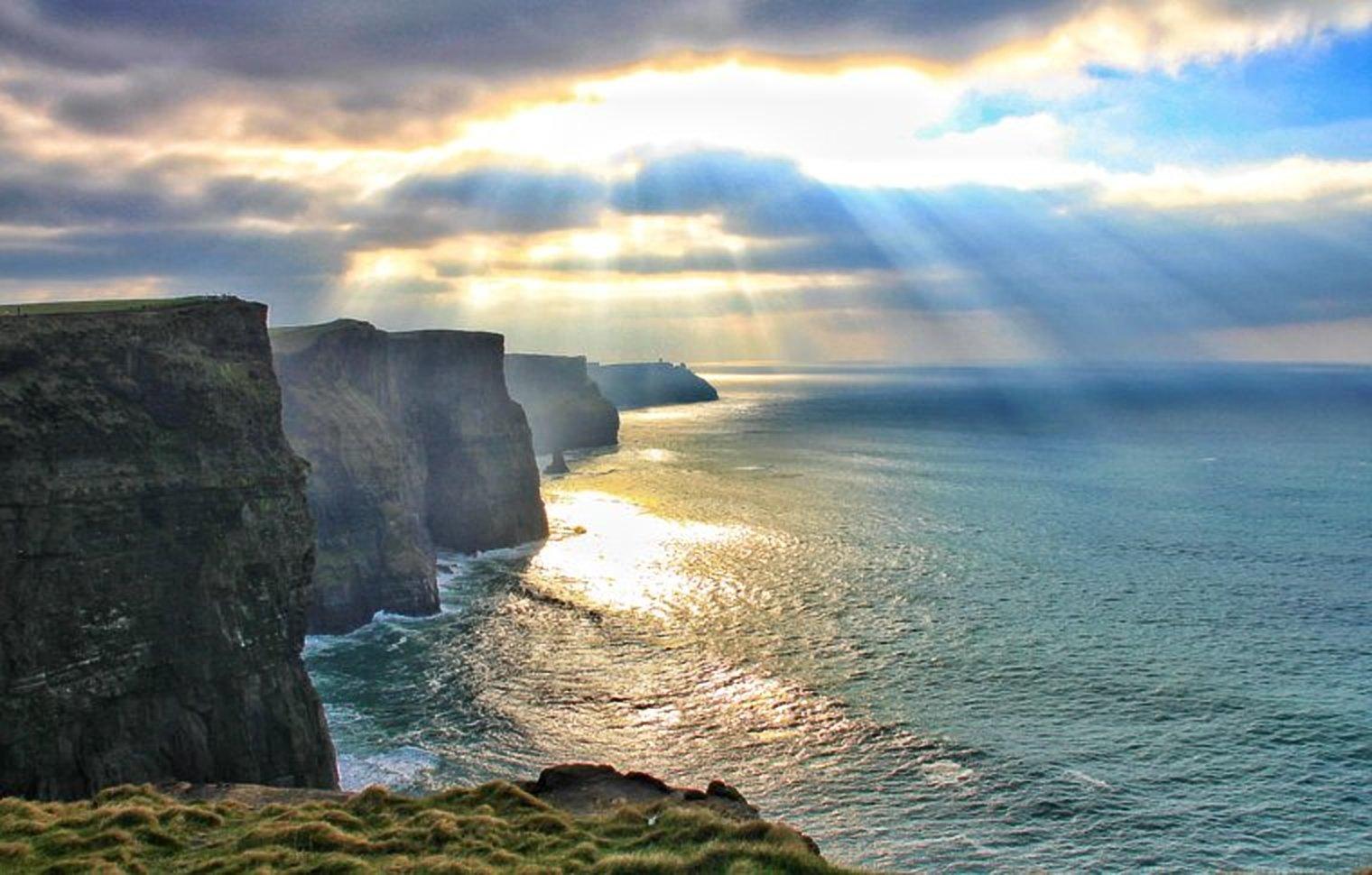 Солнечные лучи на утесах Мохера в Ирландии