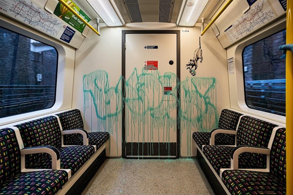 Banksy . . If you don't mask - you don't get.   Banksy enthüllt neues Kunstwerk in der Londoner U-Bahn und Video zeigt mehr von seinem Gesicht als je zuvor