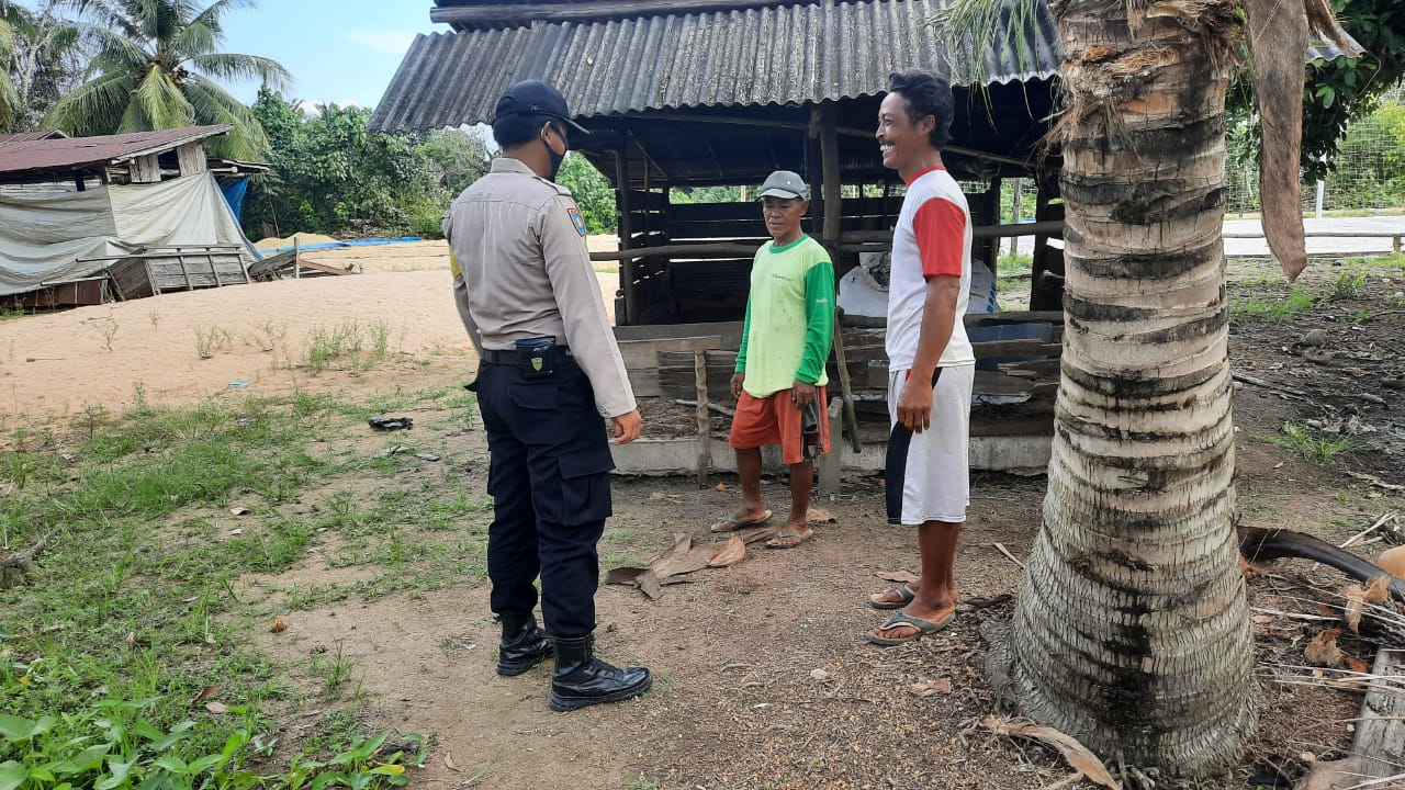 Cegah Penularan Virus Corona, Bhabinkamtibmas Desa Pangkoh Hilir Sambagi Warga