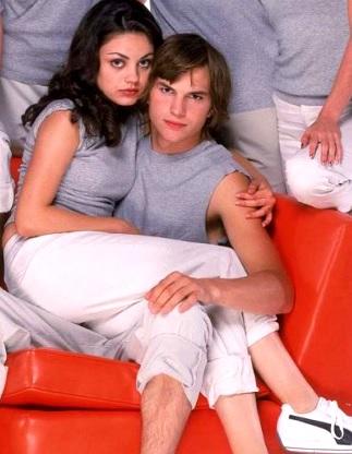 Foto de Ashton Kutcher cargando a su pareja Mila Kunis