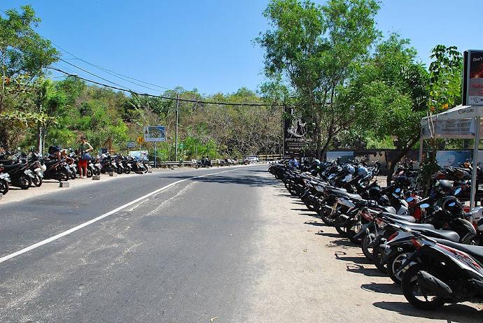 Motos aparcadas en la carretera