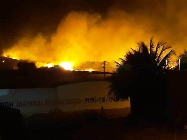Queimada em vegetação ameaça atingir residências em Várzea Alegre, no Ceará