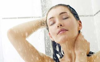 Manfaat dan Risiko Mandi Air Hangat