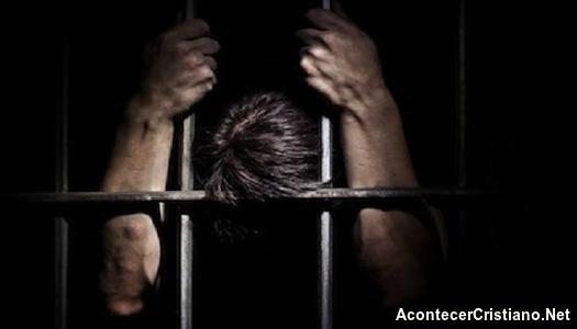 Hombre ora en prisión
