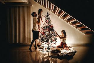 Casal e filho comemorando o Natal