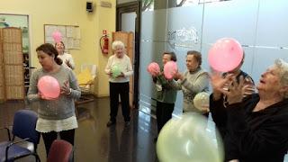Grup d'usàries d'Aviparc en el taller d'estimulació cognitiva