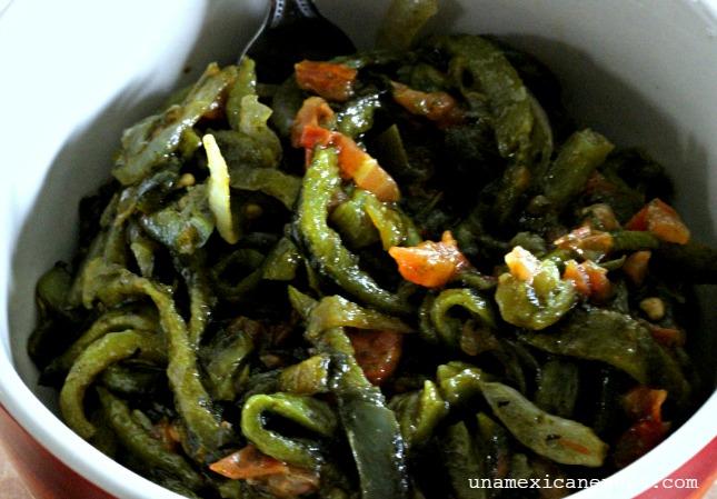 Rajas de chile poblano y jalapeño para tamales by www.unamexicanaenusa.com