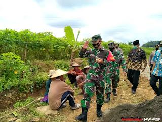 Dandim 0719/Jepara Tinjau Lokasi TMMD Dan Bantu Pengecoran Jalan di Desa Plajan