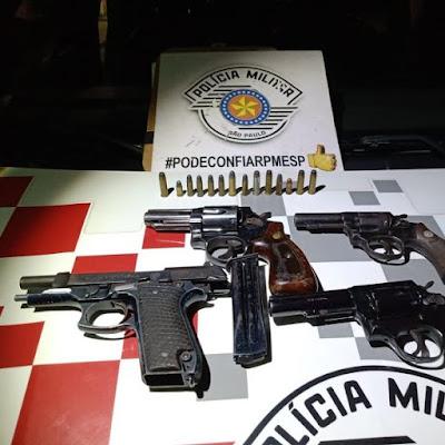 Polícia Militar prende uma mulher com 04 armas em veículo em Iguape