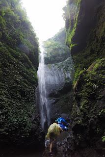 Caminando por el río hacia la cascada Madakaripura