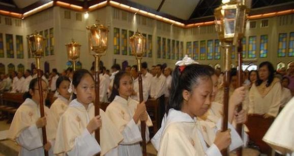 Umat Khatolik ikuti Misa Kamis Putih di Gereja Gembala Baik Abepura dijaga remaja masjid