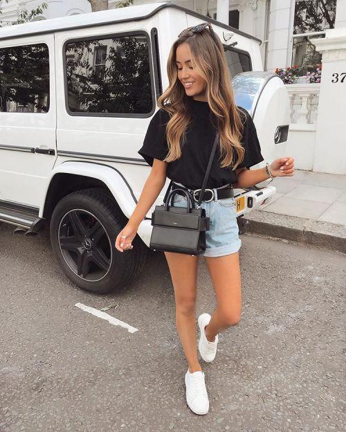 Look com shortinho jeans e tênis branco
