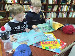 Мальчики читают школьный лагерь Усмішка бібліотека-філія №4 М.Дніпро