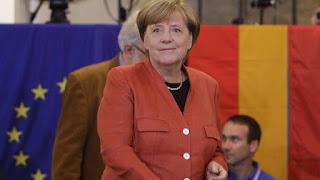 La canciller alemana, Angela Merkel, mientras deposita el voto en Berlín. MATTHIAS SCHRADER | EPV