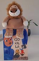 Kuvassa Gorilla-kirja, jonka päällä istuu pehmoleijona