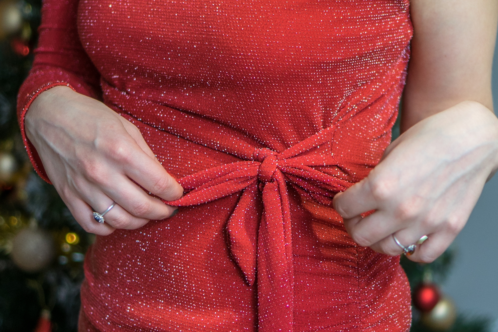 w co ubrać się na wigilię wgodna wigilijna stylizacja stylizacje na święta bożego narodzenia sukienki komplety spodnie sukienka dres koszulowa sukienka biała w kratkę czerwona błyszcząca