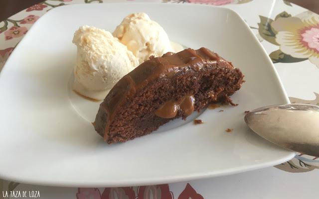 Bizcocho-relleno-con-dulce-de-leche-y-helado-de-macadamia
