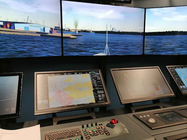 Merenkulun koulutuksessa käytettävän navigointisimulaattorin komentosillalta näkyy digitaalinen satama laivoineen.