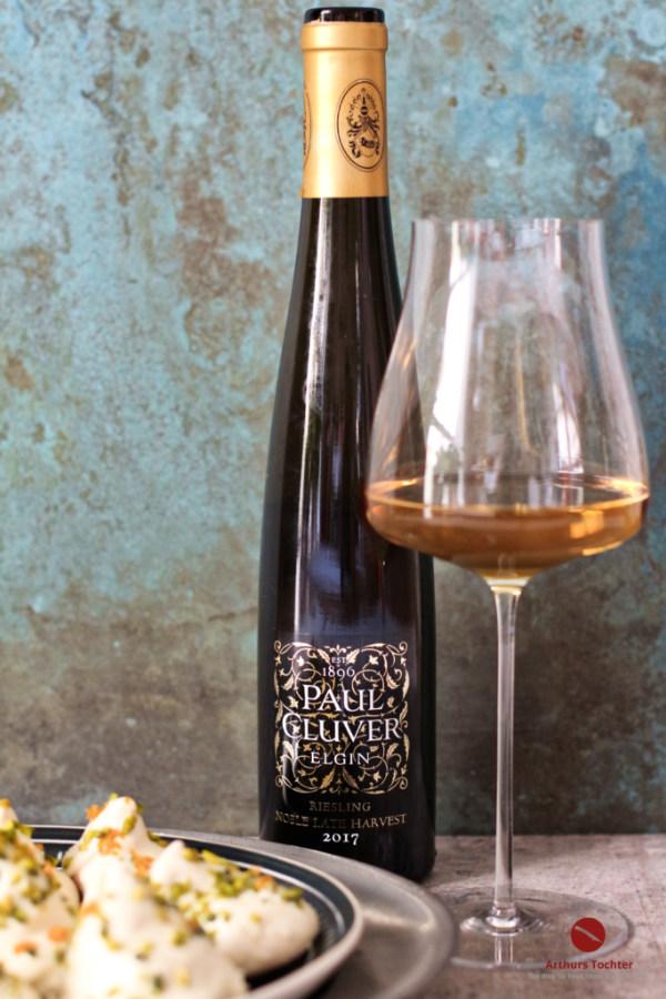 """Orientalisches Schaumgebäck mit weißer Schokolade, Orange und Pistazien. Der passende Wein dazu: Ein goldgelber, honigsüßer """"late harvest"""" Riesling aus Südafrika von Paul Cluver"""