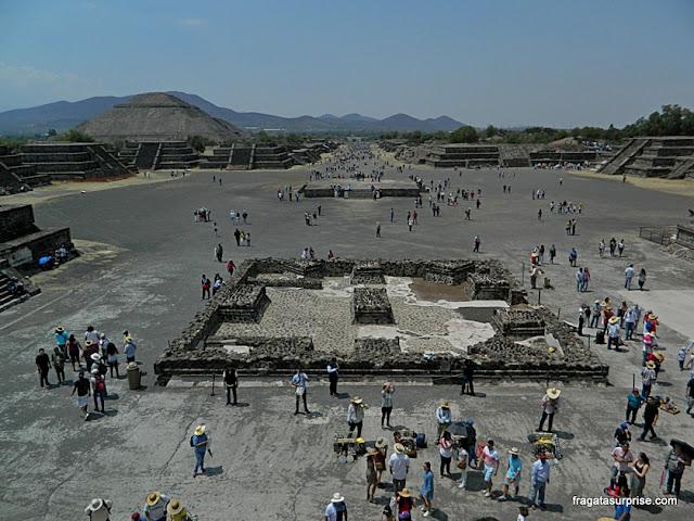 A Pirâmide do Sol e Avenida dos Mortos de Teotihuacán vistas do topo da Pirâmide da Lua
