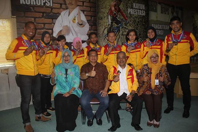 Bersama pengurus Dispopar Sulsel dan atlet PON XIX