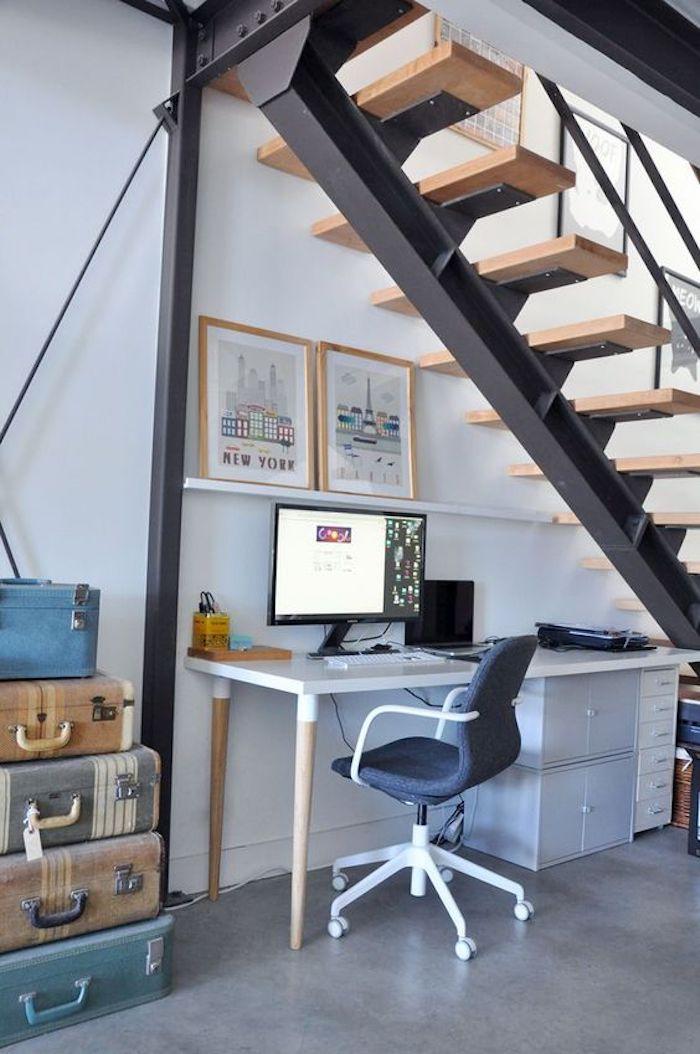 escritorio con patas y mueble con puertas debajo de la escalera