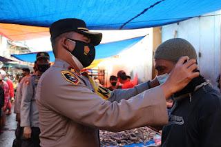 Pantau Prokes, Kapolres AKBP Kadarislam Patroli dan Bagikan Masker di Pasar Bacan
