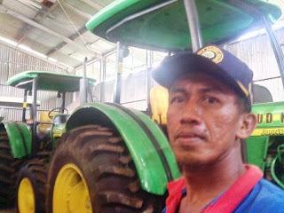 Mesin traktor pertanian