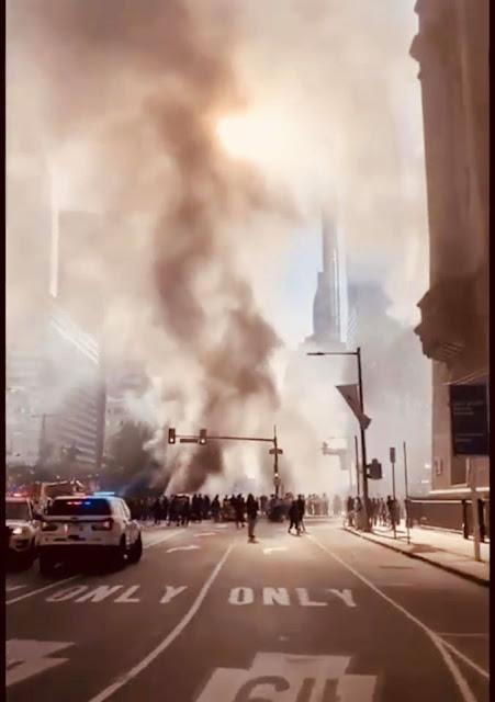 """فيديو خطير من أمريكا...شاهد لحظة هدم المتظاهرين التماثيل في الشوارع وكسر ونهب وهدم وحرق وتخريب الممتلكات بسبب مقتل جورج فلويد """"أمريكا تحولت إلى ساحة """"حرب"""""""