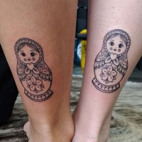 Tatuaje de Matrioska para mujer que es una delicia