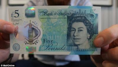 Βρετανία: Κυκλοφόρησαν τα πρώτα πλαστικά χαρτονομίσματα