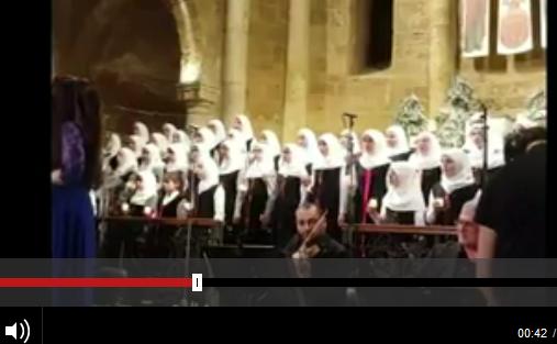Para pejalar Muslim menyanyikan lagu-lagu Natal di suatu gereja di Beirut, Lebanon