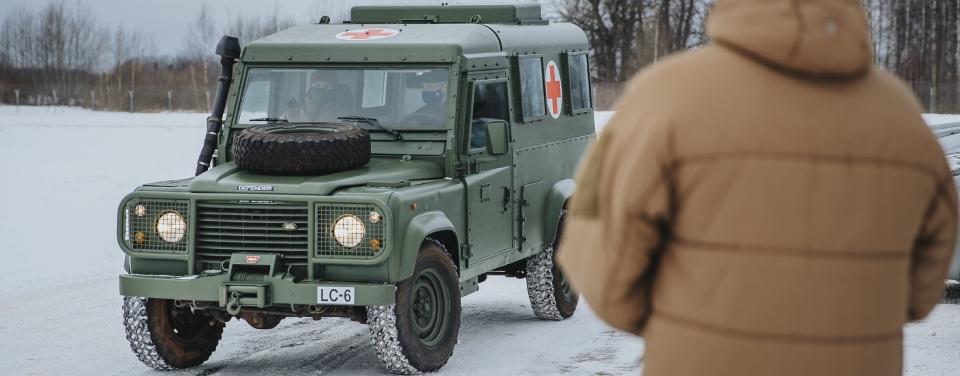 ЗСУ отримали від Латвії 7 санітарних броньованих Land Rover