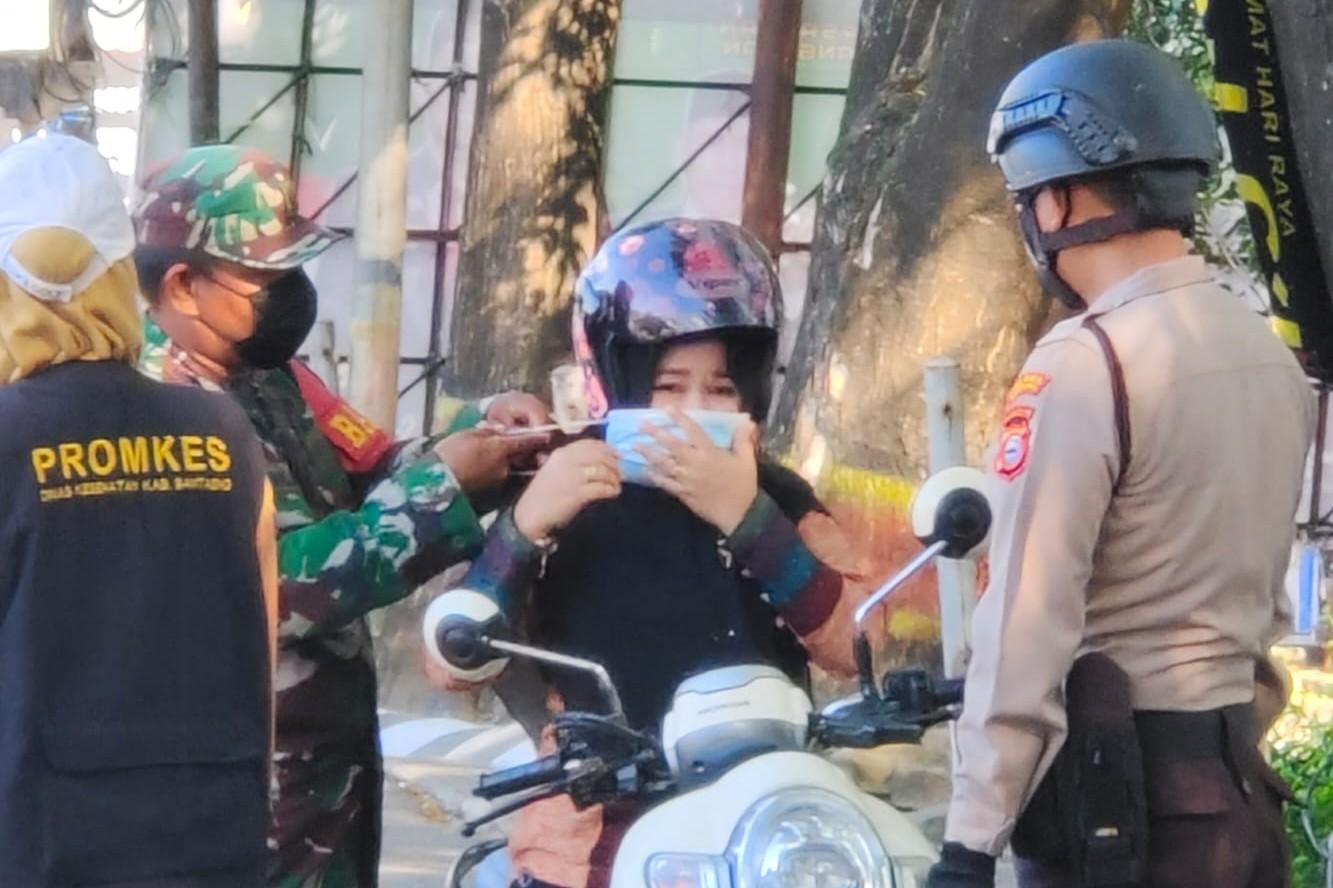 Operasi Yustisi Tim EDUTABO Bantaeng, Edukasi Warga Terapkan Prokes.