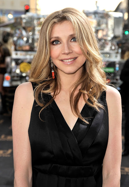 Sarah Chalke Sexy Pictures in Black Outfits Navel Queens