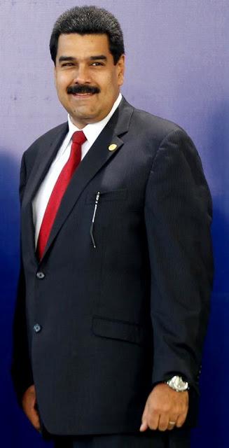 Nicolás Maduro posando con terno y corbata